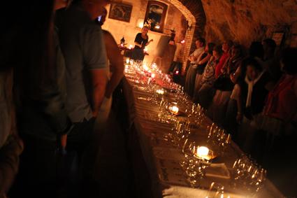 cata de vinos en cueva subterránea.