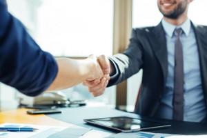 estrechar la mano de nuestro cliente un gesto que estrecha lazos comerciales